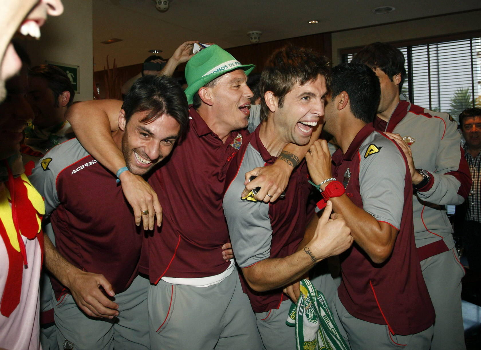 Los jugadores del Elche celebran el ascenso en Almer&iacute;a
