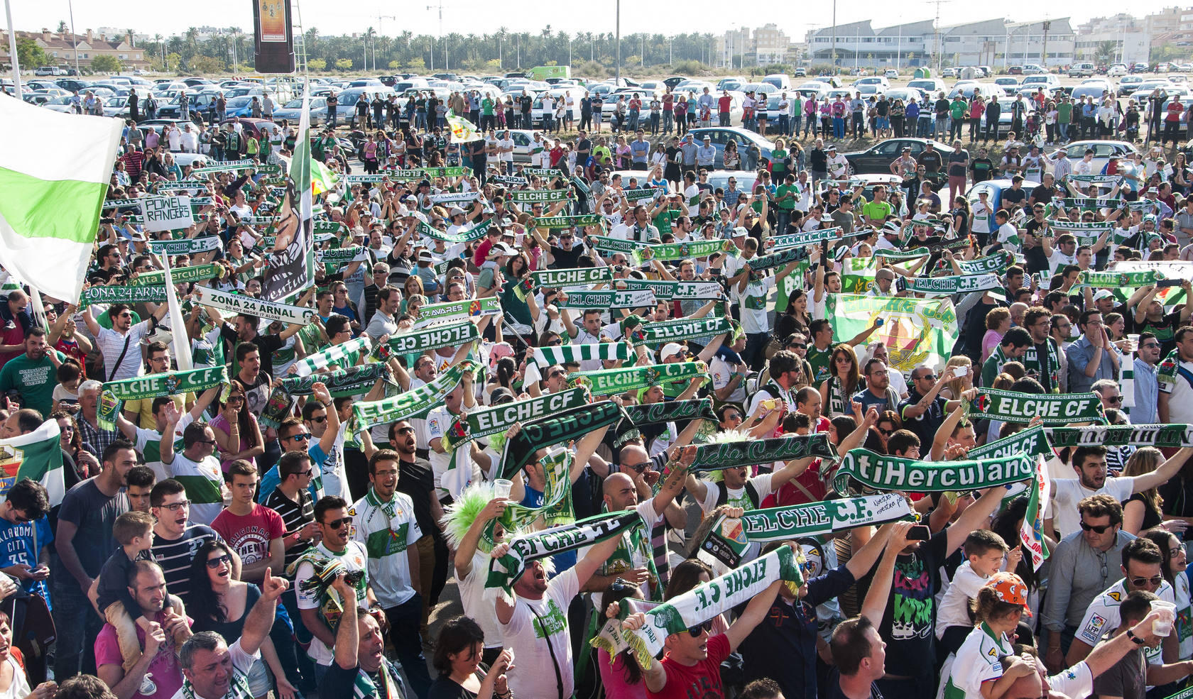 Cerca de 5.000 aficionados reciben al Elche a su llegada de Villarreal