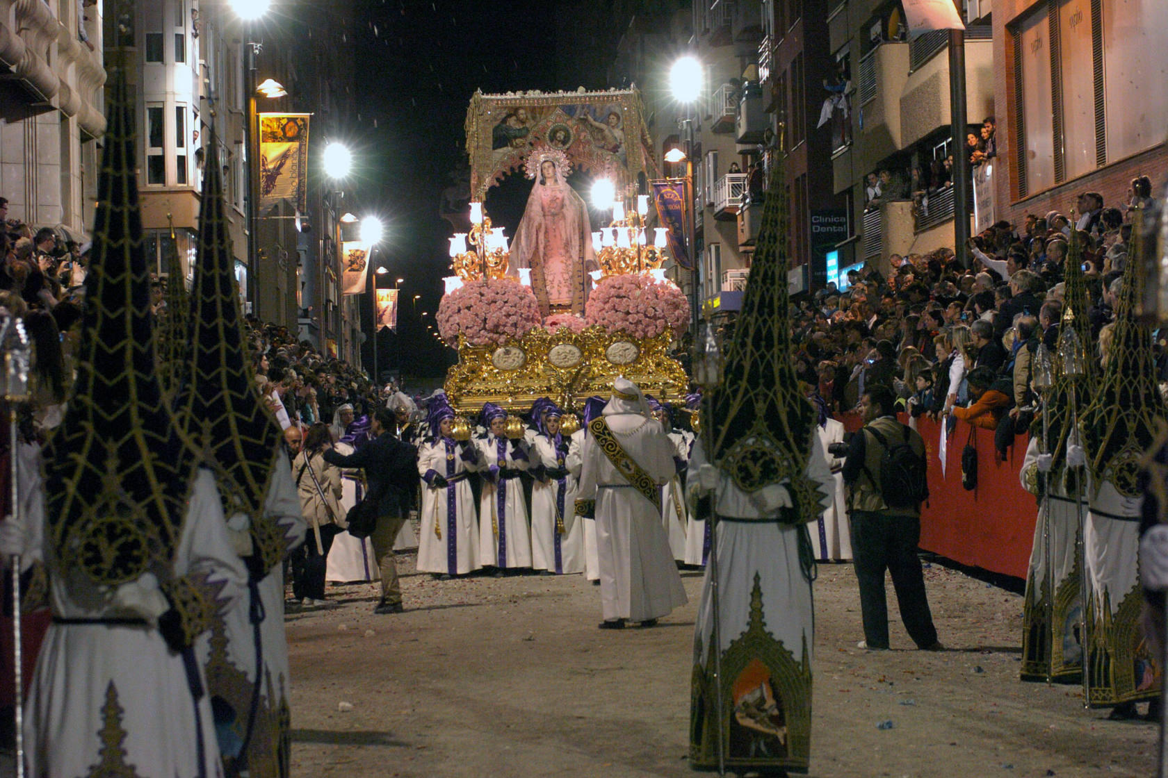 La procesi&oacute;n de los blancos en el d&iacute;a de Viernes Santo