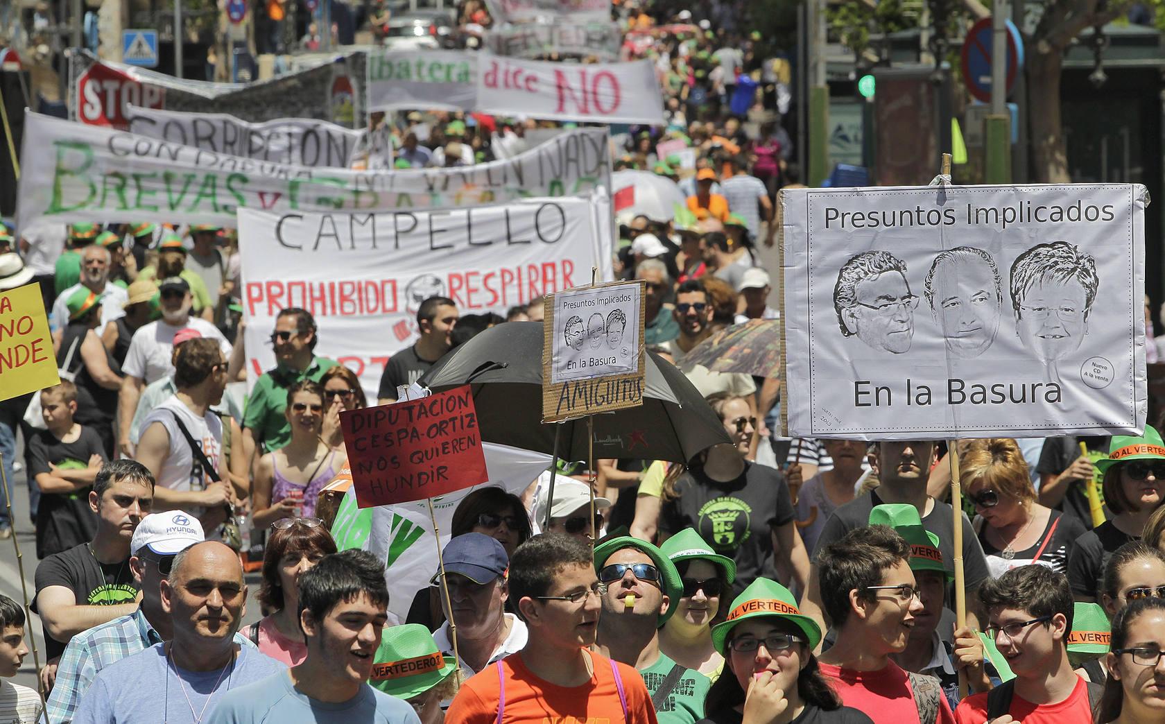 Miles de personas se manifiestan en Alicante contra el vertedero de Albatera