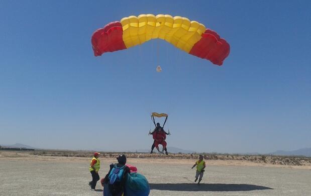 Salta en tándem desde avión a 3200 metros
