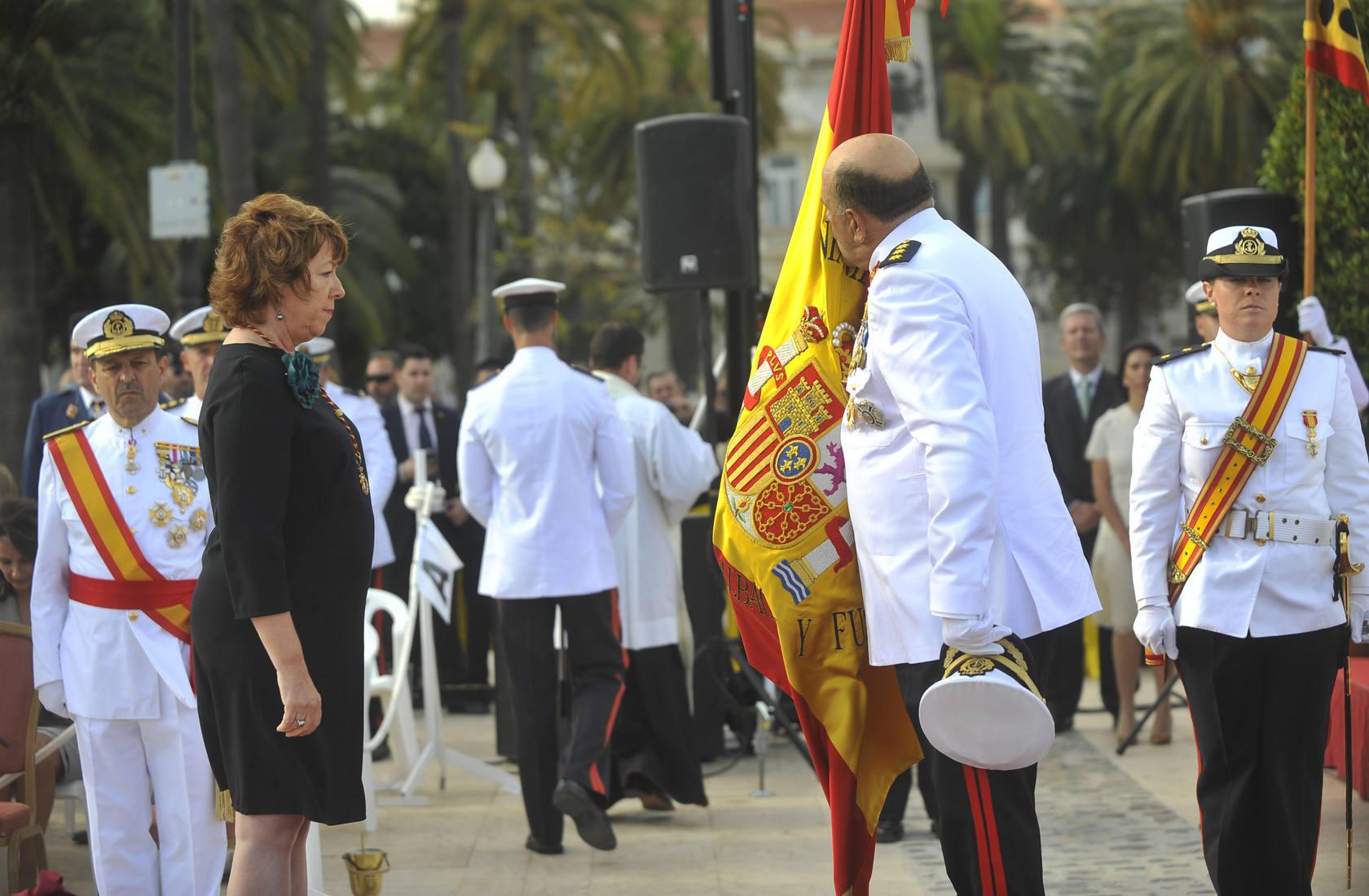 Barreiro entrega la bandera de combate a la Escuela de Infantería de Marina