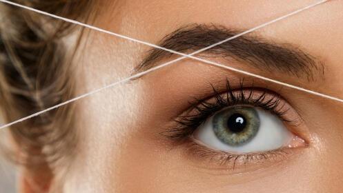 Diseño de cejas y labio superior con hilo